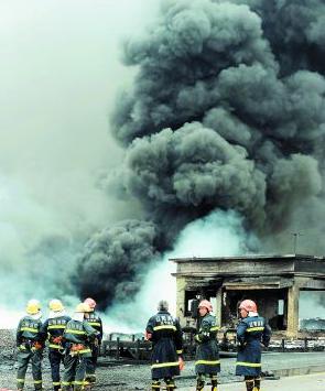 法国道达尔公司输油管道发生原油外泄事故,导致部分田地和小河道遭受污染资讯生活
